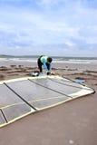 Lös atlantisk surfare som får klar Arkivbilder