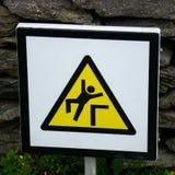 Lös atlantisk väg Irland: Fara av nedgångar! Skellig Michael att varna som är halt, fuktar moment, nedgångar royaltyfria foton