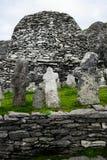Lös atlantisk väg: Trots århundraden av lösa atlantiska vintrar står korsen för munk`-kyrkogården för att inspirera på Skellig Mi arkivbild