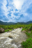 Lös bäck till och med den terrasserade risfält- och bergsikten Arkivfoton