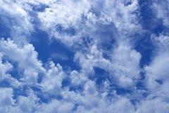 Lös djupblå himmel för stackmolnmoln utom fara Arkivfoton