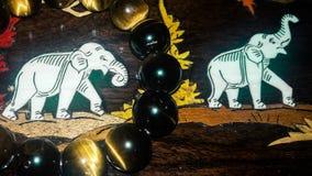 Lös elefant i trä med tigerögonprydnader Royaltyfri Fotografi