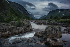 Lös flod i Norge den steniga dalen arkivfoto
