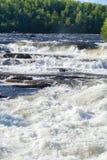 Lös flod med kaskadvattenfall Royaltyfri Fotografi