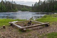 Lös flod som flödar i Lapland, Finland Royaltyfri Fotografi
