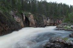 Lös flod som flödar i Lapland, Finland Arkivbild
