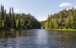 Lös flod som flödar i Lapland, Finland Royaltyfri Foto