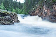 Lös flod som flödar i Lapland, Finland Arkivfoton