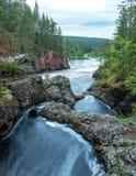 Lös flod som flödar i Lapland, Finland Royaltyfria Foton