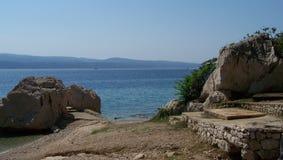 Lös stenig strand i Kroatien Royaltyfri Fotografi
