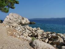 Lös stenig strand i Kroatien Arkivfoto