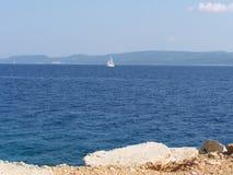 Lös stenig strand i Kroatien Royaltyfri Bild