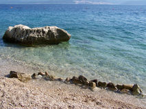 Lös stenig strand i Kroatien Arkivbild