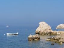 Lös stenig strand i Kroatien med ett litet fartyg Royaltyfria Foton