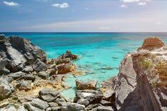 Lös stenig strand med rent vatten Royaltyfri Bild