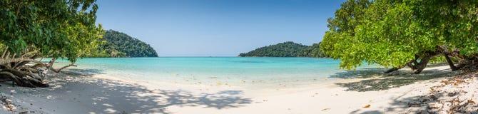 Lös tropisk strand för enorm panorama. Turuoise hav på den Surin ön Marine Park. Thailand. Royaltyfri Bild