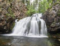 Lös vattenfall Myantyukoski, stenkaskad för tre moment i den Paanajärvi nationalparken Royaltyfri Foto