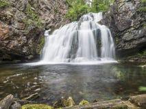 Lös vattenfall Myantyukoski, stenkaskad för tre moment i Karelia Royaltyfria Foton