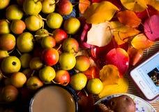 Lösa äpplen på tabellen royaltyfria bilder