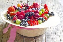 Lösa bärfrukter för sommar i hattbegreppet arkivfoto