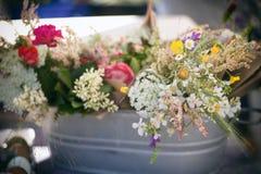 Lösa blommor i metallmaträtten Royaltyfri Fotografi