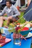 Lösa blommor som dekorerar tabellen på campa ferie för familj royaltyfri fotografi
