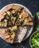 Lösa champinjoner, potatisar, mozzarella, hel korngalette på en mörk bakgrund Royaltyfri Foto