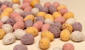 Lösa chokladägg på tabellen Royaltyfri Foto