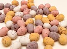 Lösa chokladägg på tabellen Arkivfoto