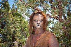 Lösa Lion Man i skog royaltyfri bild
