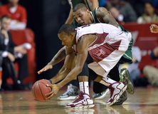 Lösa NCAA-man basket 2013 - klumpa ihop sig royaltyfri foto