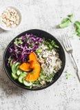 Lösa ris, grillad pumpa, buddha för röd kål bunke Vegetariskt matbegrepp På en ljus bakgrund Royaltyfria Bilder