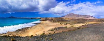 Lösa sceniska stränder av den vulkaniska ön Lanzarote, kanariefågelöar Royaltyfria Foton