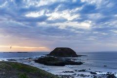 Lösa stormiga himlar och hav på Knobbiesen, Phillip Island, Victoria, Australien Arkivbild