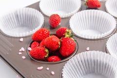 Lösa strawberrys för stekhet förberedelse och pappers- kopp i cupacakePA Royaltyfria Foton