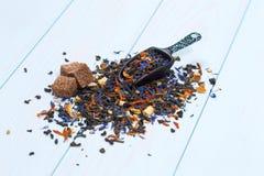 Lösa teblad med socker Arkivfoton