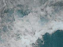 Lösa vågor på havet med skum Arkivfoto