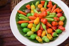 Löschbare nachgemachte Früchte des thailändischen Nachtischs - kanom schauen das choup, das von der gerührten Bohne gemacht wird, stockbild