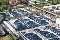 Löschen der chemischen Verschmutzer auf Abwasser Stockfotos