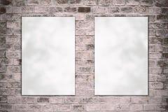 Löschen Sie das gefaltete Papierplakat, das an der alten Backsteinmauer hängt Stockbild