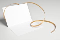 Löschen Sie offene Karte mit goldenem Band Stockfoto
