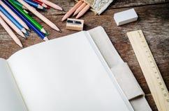 Löschen Sie tägliches Notizbuch mit Farbbleistiften, Bleistiftspitzer, Regel Stockbild
