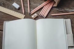 Löschen Sie tägliches Planernotizbuch mit Bleistiften, Bleistiftspitzer, ru Stockbilder