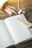 Löschen Sie tägliches Planernotizbuch mit Bleistiften, Bleistiftspitzer, ru Lizenzfreies Stockbild