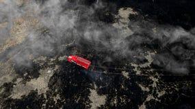Löschfahrzeug auf Feuerluftbildfotografie stockfoto