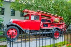 Löschfahrzeug, das auf dem Sockel nahe der Feuerwehr von Veliky Novgorod, Russland steht Lizenzfreie Stockfotos