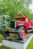 Löschfahrzeug, das auf dem Sockel nahe der Feuerwehr von Veliky Novgorod, Russland steht Stockfotografie