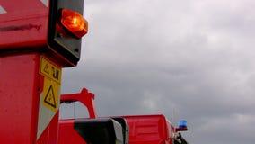 Löschfahrzeug mit dem Lichtblitzen stock footage