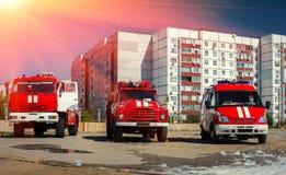 Löschfahrzeug mit drei Rottönen bei Sonnenuntergang Lizenzfreie Stockfotos