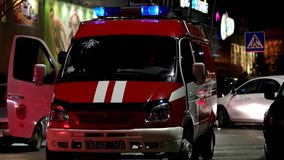 Löschfahrzeug mit enthaltenen Blinklichtern und Sirene ist im Parkplatz nahe dem Einkaufszentrum mit Feuerleibwächtern stock video